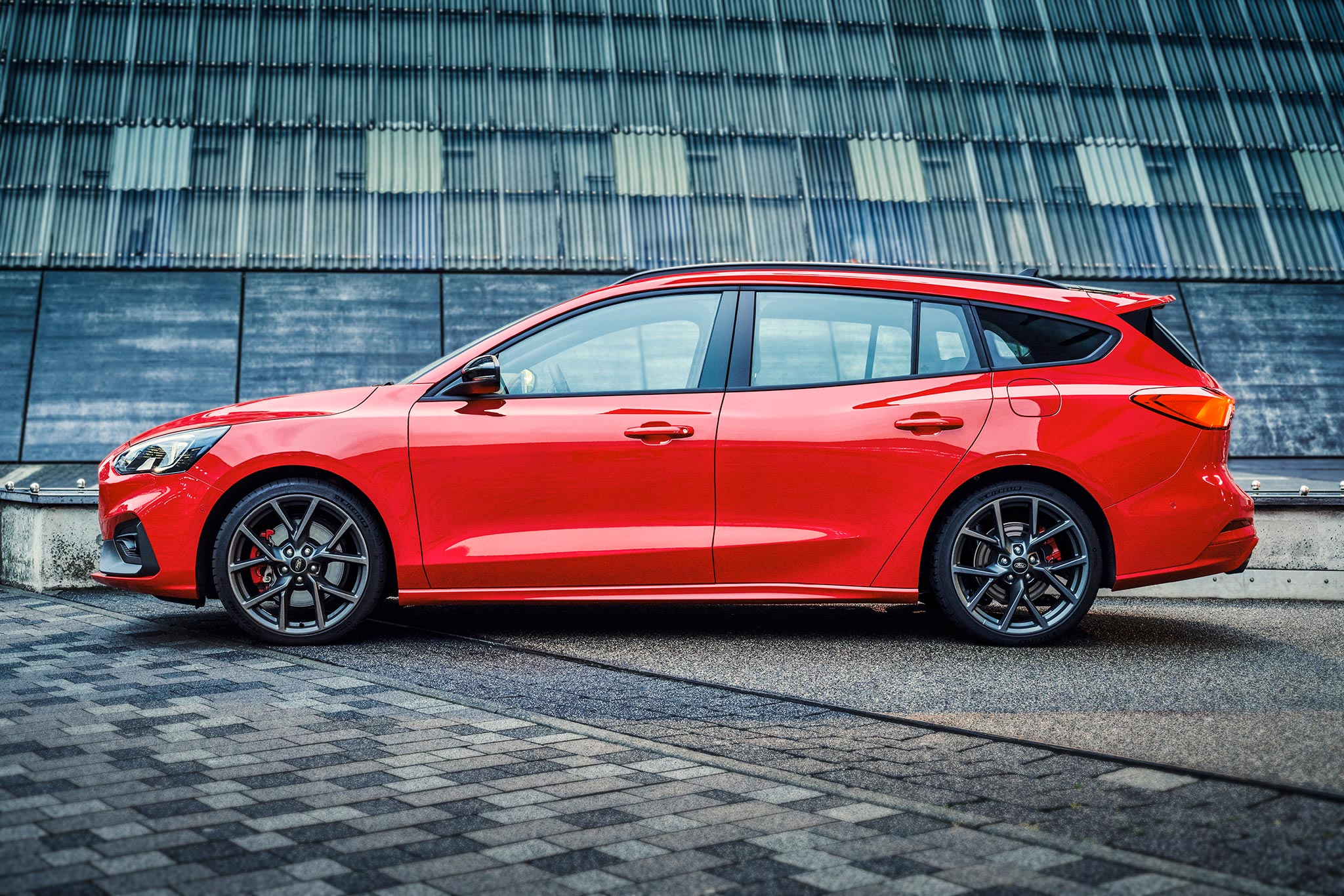Ford reveals Focus ST in wagon body style